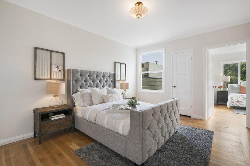 Łóżko z materacem w apartamencie